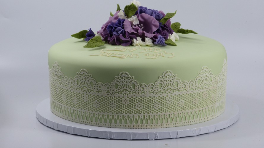 lace with bouquet cake